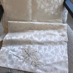 Table Runner ivory brocade 22x104 inches excellent